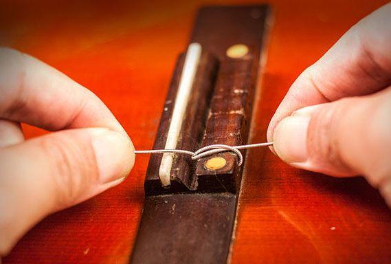 Закрепление нейлоновой струны в бридже 3