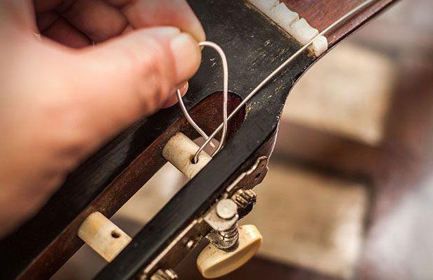 Как закрепить струны для классической гитары на колках?