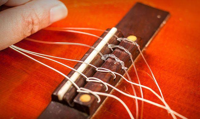 Закрепление нейлоновой струны в бридже 7