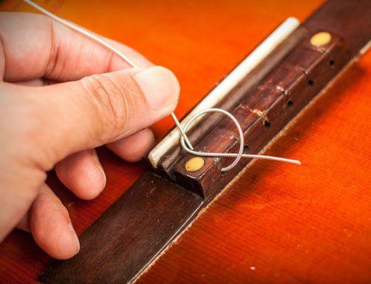Закрепление нейлоновой струны в бридже 1