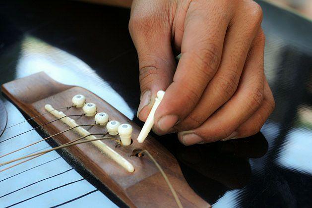 Как снять струны с акустической гитары